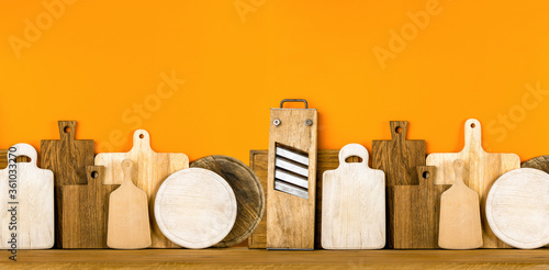 Photo Kitchen utensils concept, cutting boards standing in a row front view