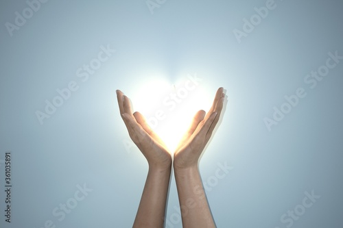Photo Praying hands hold a crucifix or cross of metal necklace with faith in religion and belief in God on confession background