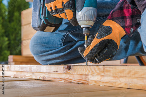 Foto Carpenter Using Drill Driver In Woodworking.