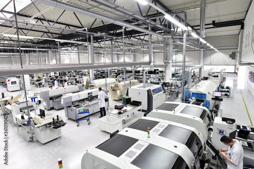 Foto modern industrial factory for the production of electronic components - machiner