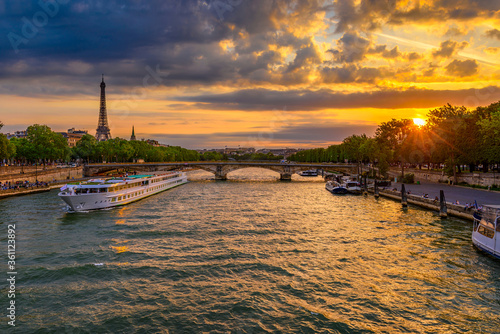 Fotografia Sunset view of Eiffel tower and Seine river in Paris, France