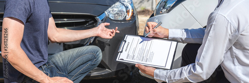 Foto Insurance agent examine the damage of the car after accident on report claim for