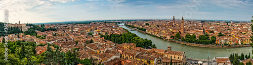 Photo A wide panorama of Verona and the Adige river in Tuscany Italy