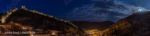 Foto Panoramic shot of the ancient fortress wall under the moonlight in Albarracín,