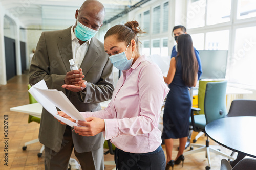 Valokuva Business people with face mask talk about a document