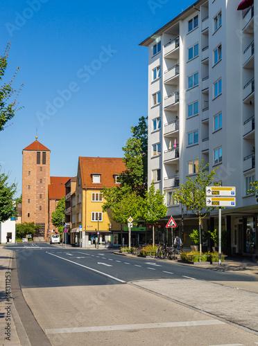 Fototapeta Architektura miasta w Niemczech. Ulica w Hanau. Kosciol na osiedlu mieszkaniowym. obraz