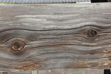 木材の節目が二つある...
