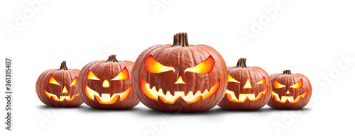 Photo A group of five lit spooky halloween pumpkins, Jack O Lantern with evil face and eyes isolated against a white background