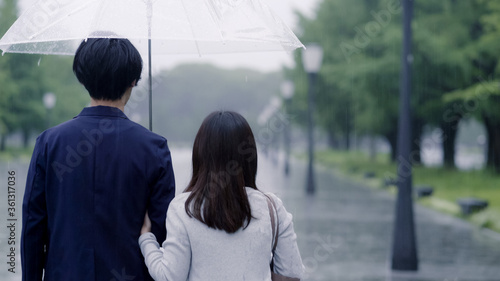 雨の日に傘を差してデートするカップル Canvas Print