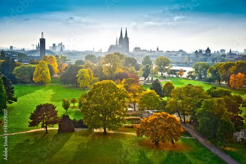 Cuadros en Lienzo Blick über den Rheinpark auf den Kölner  Dom