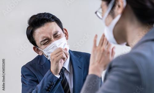 Fototapeta 会話中に咳をするビジネスマン