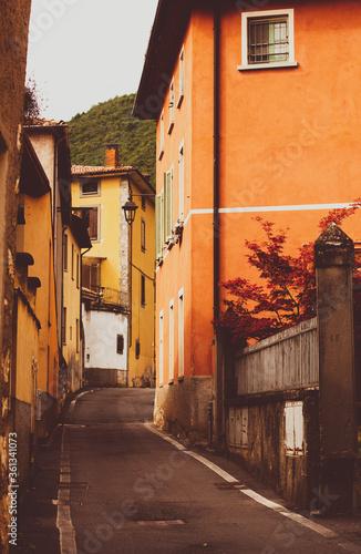 Uliczka kolorowa Włochy Alpy