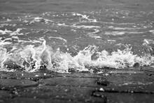 Kleine Welle Bricht Auf Gepflasterten Strand Bei Flut