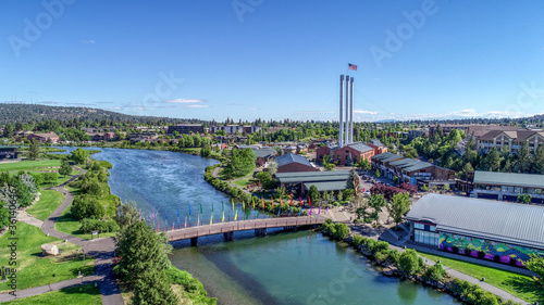 Photo Summertime in Old Mill District on the Deschutes River in Bend, Oregon