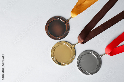 Fotomural Gold, silver and bronze medals on white background, flat lay