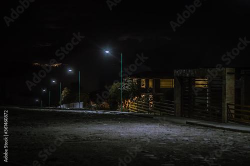 paisaje nocturno con luces de ciudad al fondo Wallpaper Mural