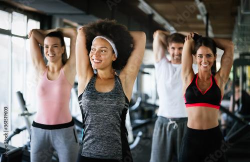 Photo Team workout in gym to reach goals