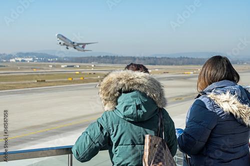 Zuschauer auf der Flughafenterrasse, Flughafen Zürich-Kloten, Schweiz Canvas Print