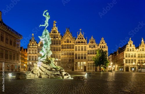 Leinwand Poster Brabo fountain at the Grote Markt square after sunset