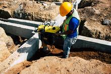 Obrero Trabajando En Construcc...