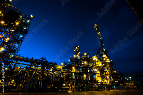 Fototapeta Oil and gas refinery plant. Petrochemical factory in the dark night obraz