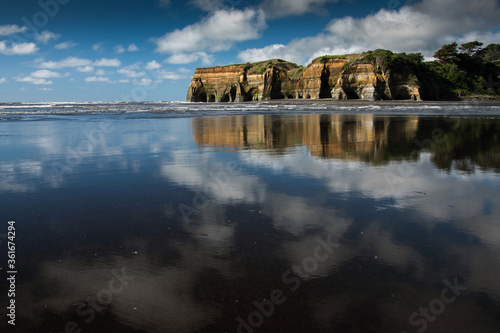 Photo Three sisters beach with cliffs reflection, New Zealand