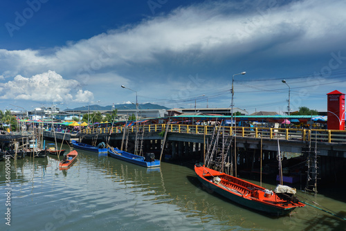 Photo Pier Plee is a port where merchants come to sell fresh seafood as a source of food in Chonburi province