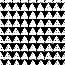 Classic Vintage Seamless Pattern With Triangles, Texture Grunge Crayons Ink. Black White Background. Can Be Used For Scandinavian Style Greeting Card Design, Gift Wrap, Fabrics, Wallpapers. Vector