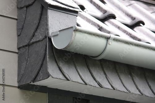 Nahaufnahme einer Dachrinne mit Schiefer an der Traufe und am Ortgang bei Regenw Canvas Print
