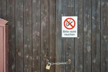 Alte Wand Holz Tür Tor Scheune Mit Schild Bitte Nihct Rauchen Nichtraucher