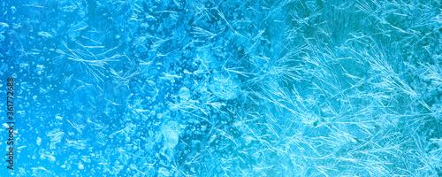 Fotografía Ice flowers and frozen window macro view