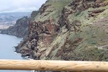 Grandes Montañas De Rocas Al Lado Del Mar