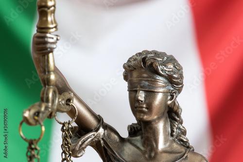Fototapeta Justitia und Flagge von Italien obraz