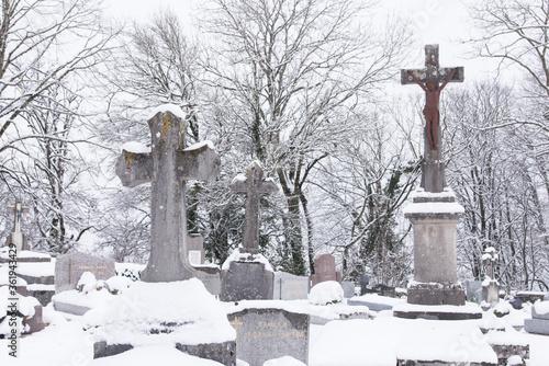 Fotografie, Tablou des tombes , des pierres tombales dans un cimetière chrétien catholique en hiver sous la neige