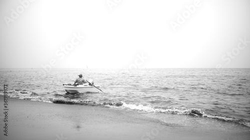 海へ漕ぎ出した釣り人 Tablou Canvas