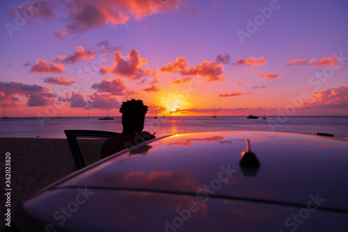 Photo silhouette of a woman enjoying a most alluring sunset
