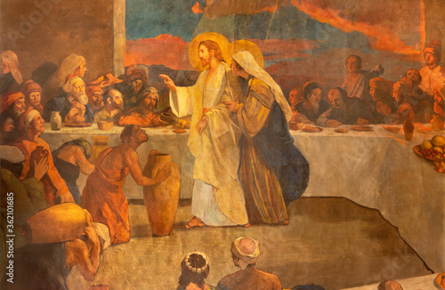 Carta da parati BARCELONA, SPAIN - MARCH 3, 2020: The modern painting of Glory of Heart of Jesus in the church Santuario Nuestra Senora del Sagrado Corazon by Francisco Labarta (20