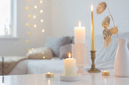 burning candles on table in white interior Fototapet