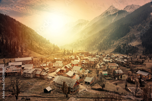 Photo Morning view of a town at Aru Valley near Pahalgam, Kashmir, India