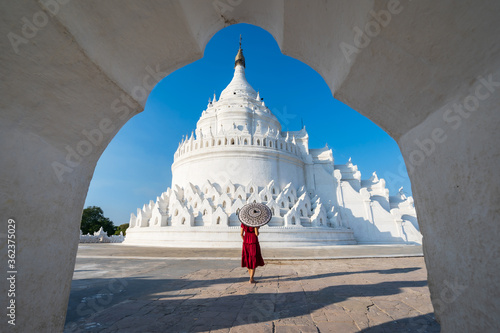 Young woman traveler at Hsinbyume Pagoda (white pagoda) the famous destination i Fotobehang