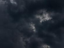 Czarne, Złowrogie Chmury.