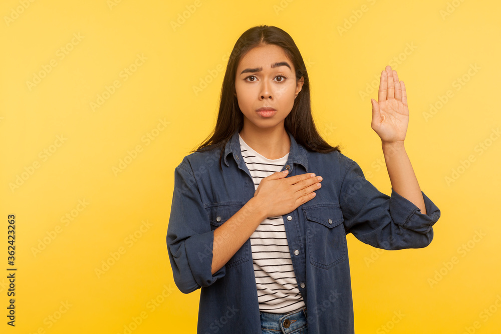 Photo I swear! Portrait of honest girl in denim shirt taking sacred oath, making solemn vow in ceremonial tradition, affirmation of promise and devotion