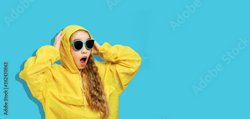 Tablou Canvas Banner with a joyful girl in a yellow jacket in sunglasses