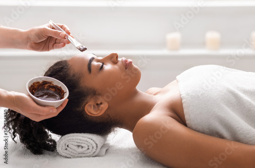 Fotomural Black woman getting facial treatment at luxury spa