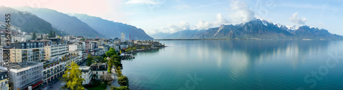 Photo Panoramic view of the Montreux, Switzerland, lake Lec Leman and mountains in the background