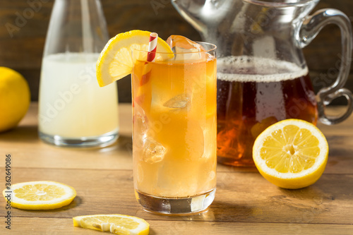 Photo Refreshing Cold Lemonade and Iced Tea