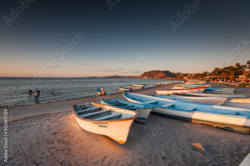 Photo Rowboats Moored At Beach Against Sky During Sunset