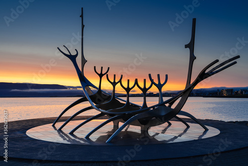 Fotografia, Obraz Close-up Of Silhouette Sculpture Against Sea During Sunrise - Sun Voyager
