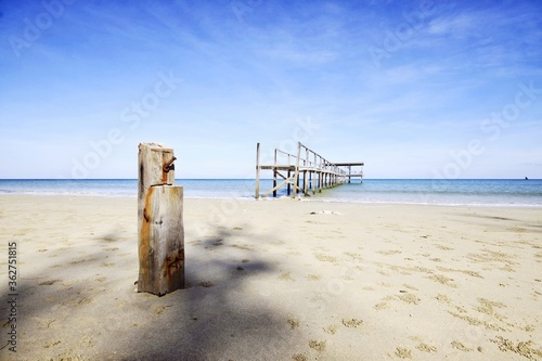 Photo Wooden Posts On Beach Against Sky