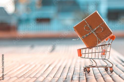 Papel de parede Close-up Of Miniature Shopping Cart With Cardboard Box